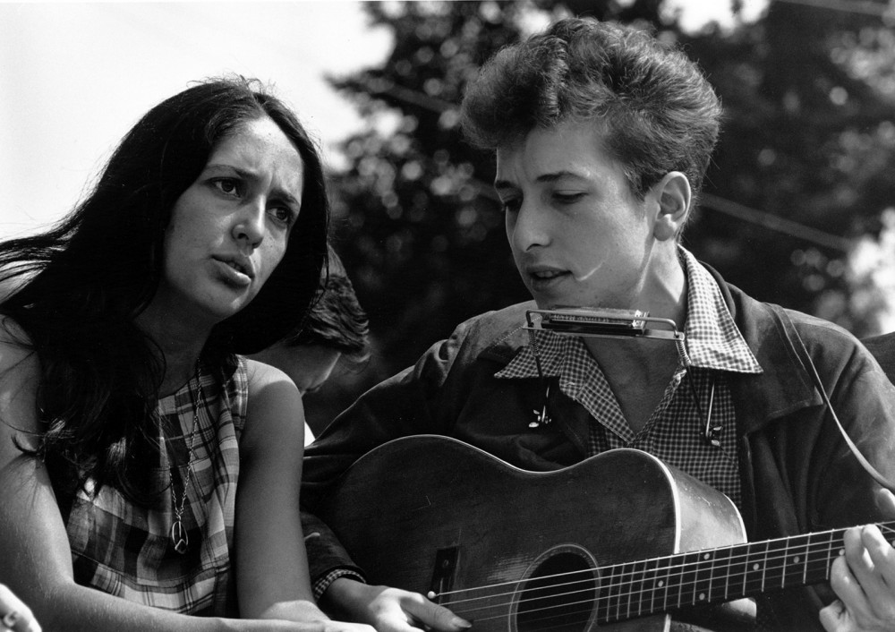 Epitomizing the folk music and protest culture of 1960s youth, Joan Baez and Bob Dylan are pictured here singing together at the March on Washington in 1963. Photograph, Wikimedia, http://upload.wikimedia.org/wikipedia/commons/3/33/Joan_Baez_Bob_Dylan.jpg.